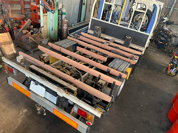 トラックの荷台の床板張替修理:加藤自動車販売による根太交換