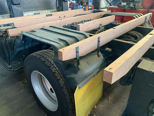 トラックの荷台の床板張替修理:根太交換:加藤自動車販売